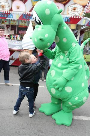 Kusinerna Amadeus Hallqvist, 5 år från Lillsjöhögen, och William Maxlathi, 4 år från Frösön, kramas och gör high five med Birger.