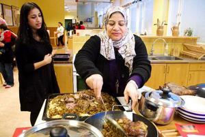 """Kawthar Al Baljani lägger upp """"Makboos"""", som är en traditionell ris- och kötträtt som ofta äts i södra Irak vid festliga tillfällen. Foto: Sandra Högman"""