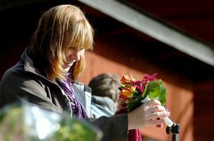 Floristen Anette Björlin Lundahl som arbetar i en blomsteraffär i Pålsboda band buketter på beställning för första gången på marknaden.