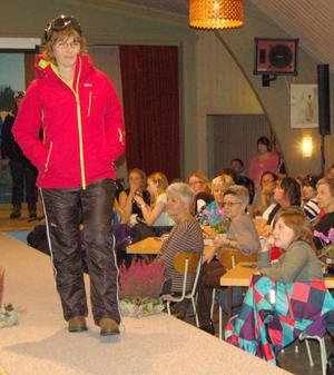Svart och rött går alltid hem. Mannekängen på bilden är Eva Svensson.