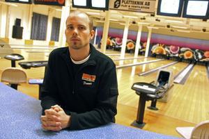 Dennis Sved är en av tre anställda på bowlinghallen.