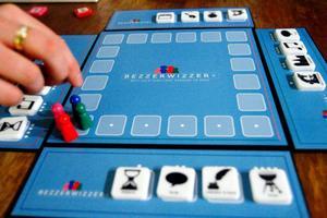 Lösa delar. Spelet Bezzerwizzer kan sättas ihop till en traditionell spelplan, eller tas isär om spelarna sitter långt ifrån varandra. Ett stort plus tycker våra proffsspelare på Styx.