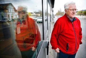 """Anders Isaksson är orolig att Apoteket i Hammarstrand försvinner nu när apoteksmarknaden avregleras. """"Jag tror att Apoteket försvinner här ifrån"""", säger han."""