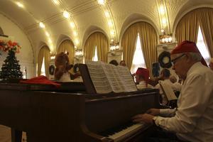 Över fyra hundra julfirande gäster hade hittat till Stadshotellet igår. Bakom pianot satt Lars-Henrik Andersson och spred julstämning.