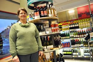 Laila Nilsson, butikschef på Systembolaget i Säter, gläds över att de alkoholfria varorna blir allt populärare.