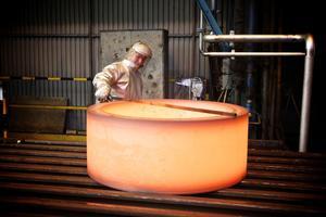 1000 grader är ringen när den är färdigvalsad och som sedan blir till kullager som kan användas i ett vindkraftverk