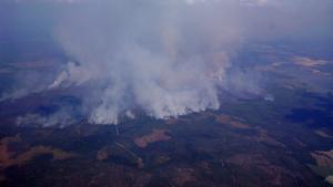 Bilder av skogsbranden tagna ca kl. 15:00 (Lör 2/8) från ett av Västerås Segelflygklubbs segelflygplan på 1700 meters höjd. Bild 1 är tagen norrut med Fläcksjön synlig i bildens högerkant. Bilden är i denna variant något beskuren.