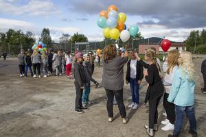 Förskolan och alla årskurser samlades på ute grusplanen där varje elev fick en ballong.