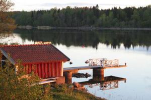 Båthuset vid vår hyrda 1800-talsstuga.  Foto: Andreas Strömberg