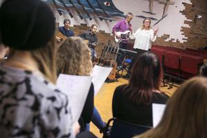 Ulla Milstam lärare på estetiska programmet håller i workshop där eleverna får sjunga.