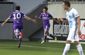 Patrik Karlsson Lagemyr jublar efter 6–2-målet och Tobias Hysén är på väg fram för att fira.