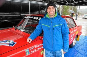 Åkpresent. Jonas Oskarsson från Göteborg fick sitt livs åktur med föraren Jan Westlund. Jonas hade fått åkturen i 40-årspresent.