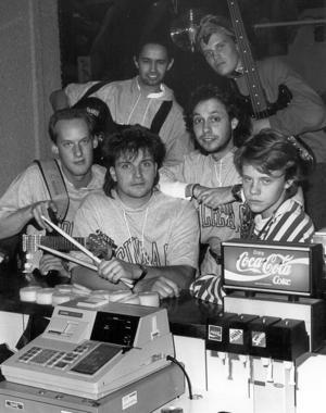 5. Den här bilden är tagen i november 1980. Vilka är de?         Uppdatering: Signaturen Frustahl skriver: Mats Jonsson, Martin Wagenius och Richard Sjöberg är i alla fall till vänster i bild.