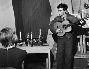 Artisten Robert Broberg uppträder på den svenska avdelningen av Litterära unionens sammankomst i Gerleboskolan i Gamla stan i Stockholm 10:e december 1962.