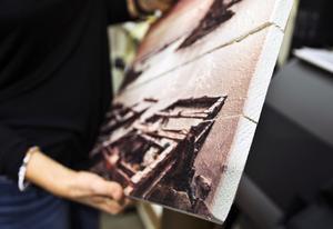 Fotokonst går att få i en rad olika utförande, som här på träplankor.