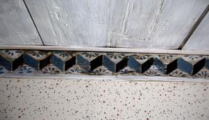 En gammal listmålning hittades när de renoverade huset.  – Annars har min fru målat det mesta här. Hon är borta sedan två år, men spåren finns kvar.