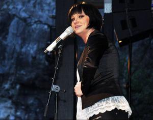 Sara Löfgren kommer från Varberg, slog igenom i Fame Factory och är också känd från Melodifestivalen, Diggiloo och många andra schlagersammanhang.