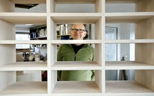 Mats Olsson bygger möbler efter önskemål och eget huvud. Mellanväggarna är alltid i massivt trä. Då fungerar de som snygga hyllplan om man tar bort några av lådorna.
