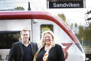 Sandvikanställde Claes Åkerblom flyttar med huvudkontoret till Stockholm. Helene Tapper bor kvar och pendlar.