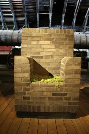 Poetisk viloplats är gjord av svart, kolbränt tegel och har en sitskudde av doftande timjan.