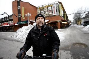 Lasse Lindroth, 53 år, Sandviken– Jag tycker att det har blivit sämre. Allt flyttar till Valbo. Jag saknar bland annat JC och Telia. Samtidigt är jag en riktig lokalpatriot och handlar i stort sett allt här.