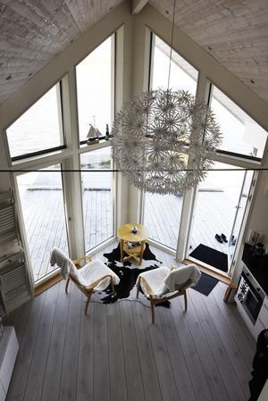 Från sovloftet i strandstugen sträcker sig utsikten över Nötbolandsfjärden.