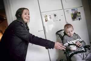 Grannen LindaSofie Johansson-Glad knackar på ytterdörren för att hälsa på och ge Milo chokladbollar. När han hör knackningarna ropar han snabbt