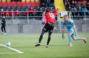 Tobi Joseph rullar in 1–0 i tomt mål efter att ha vunnit en duell mot Landskronas målvakt Bill Halvorsen.