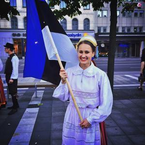 Deltagare i estnisk folkdräkt.