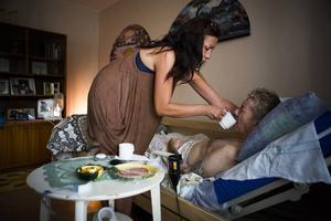 Dottern Malin Fredriksson med sin pappa Sören som är märkbart påverkad av smärta och mediciner.