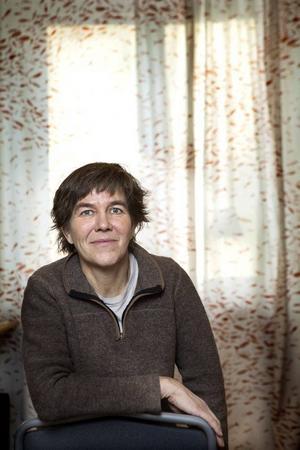 Anna Erlandsson brukar inte kalla sig konstnär, utan anser att hon är tecknare som använder olika material. För nästan tio år sedan fick hon en guldbagge för animerade filmen