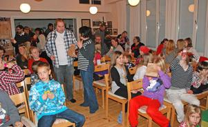 I väntan på teater och juldans - ett 60 tal personer deltog i årets upplaga av julfesten i Djura, hälften var under 11 år.