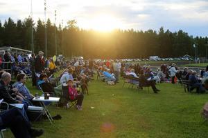 Drygt 2 000 åskådare besökte Bollnästravet på måndagskvällen.