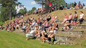 En stor publik hade samlats i solen för att lyssna till Carolina Klüft.