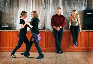 Tango är en ganska komplicerad dans som kräver träning. På tangofestivalen i Ås i helgen fanns det möjlighet att gå kurs för att lära sig mer om dansen, som har sitt ursprung i Argentina och Uruguay.