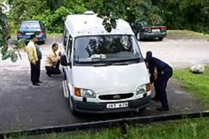 Foto: NICK BLACKMON Sanering. Viljo, Jaako och Mats Lindgren polerar bort färgresterna från sin vita skåpbil.\n?Det är nog några ungar som varit framme, hoppas Viljo Lindgren.