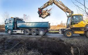 Dikning på Lisselhedsvägen i Orsa med Mattias Knutssons dragstång mellan hans grävare och Mikael Forselius lastbil. Foto: Mikael Forslund