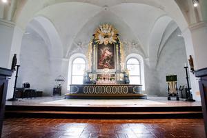 Innan golvet kan brytas upp måste allt, inklusive altaret, plockas ut.