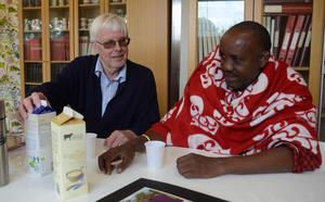 Innan rundvandringen inne på mejeriet bjuder Bertil  vännen Rafael på filmjölk och youghur.