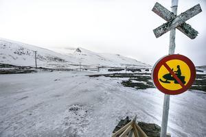 Hit men inte längre. Snöskotrarna ska parkeras på ordentligt avstånd till Helags fjällstation.