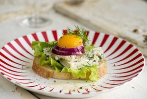 Varför inte en liten läcker ostmacka som avrundning? En dansk ädelost, äggula, rödlök och mörk rom förgyller måltiden.