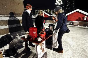 Leo Sellén och Louise Åslund från Unga-redaktionen bjuder på varm dryck och pepparkakor.