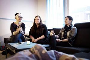Anna-Lena Joners Larsson tar en kaffe tillsammans med praktikanten Lina Larsson Andin och verksamhetschefen från Gimmel fastigheter Marina Stagård.