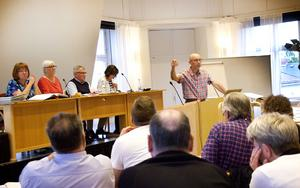 Sven Bergström (C) talar om kommunens skogsinnehav under fullmäktigemötet.