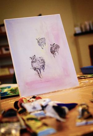 Ann-Marie Nyberg har målat tavlan med de tre fåren.
