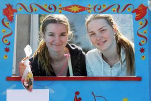 Wilma Kvick och Lovisa Ivarsson har hand om lotteri och fiskdamm vid Alfta sporthall i Alfta GIF handbolls regi.