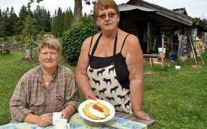 Maria Asterkvist och Birgit Kraft serverar fäbodbesökare i Ärteråsen frasiga och goda våfflor.FOTO: HANS BLOOM