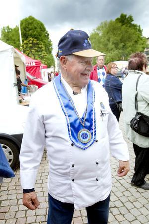 LEGENDARISK Domare i SM i strömmingsrensning var precis som vanligt den legendariske köksmästaren från CH, Bruno Gneipelt