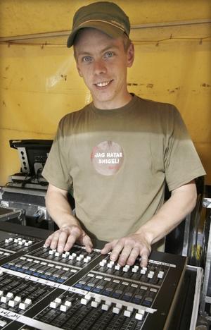 JOHAN FIXADE LJUDET. Ljudteknikern Johan Lindgren skötte ljudet i går, utom till BWO som hade med sig en egen ljudtekniker.