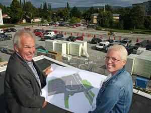 Hans-Erik Häggkvist, projektledare för Gallerian Christoffer och Cathrine Rikner, centrumledare, studerar det blivande parkeringsområdet.